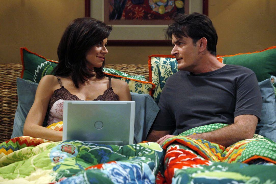 Alan trifft auf Mia, die Frau, die sein Bruder Charlie (Charlie Sheen, r.) einst in Vegas beinahe geheiratet hätte. Mia, die inzwischen von ihrem ne... - Bildquelle: Warner Brothers Entertainment Inc.