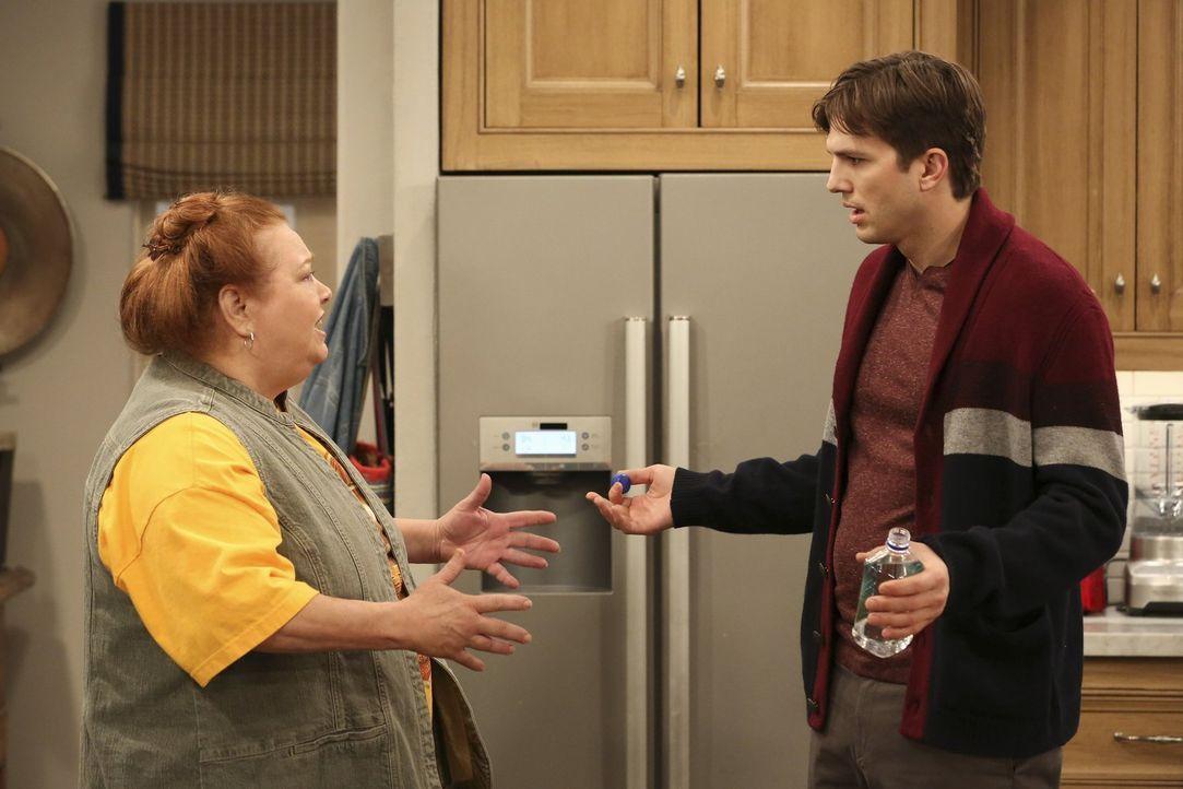 Walden (Ashton Kutcher, r.) wird auch von der praktischen und handfesten Berta (Conchata Ferrell, l.) nicht für voll genommen, was seine handwerklic... - Bildquelle: Warner Brothers Entertainment Inc.