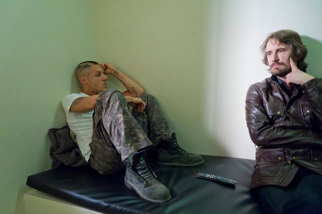 Juice (Theo Rossi, l.)gerät immer tiefer in das Machtspiel zwischen Sons und Polizei, und Lincoln Potter (Ray McKinnon, r.) holt zum finalen Schlag... - Bildquelle: 2011 Twentieth Century Fox Film Corporation and Bluebush Productions, LLC. All rights reserved.