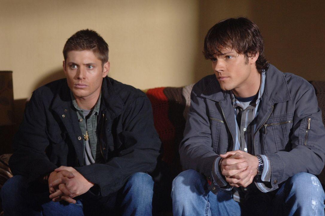 In Kansas bringen Sam (Jared Padalecki, r.) und Dean (Jensen Ackles, l.) in Erfahrung, dass eine neue Familie in ihr altes Haus eingezogen ist und d... - Bildquelle: Warner Bros. Television
