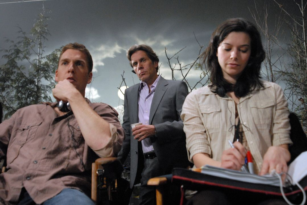 Merkwürdige Dinge geschehen am Set - haben Brad (Gary Cole, M.) und McG (Regan Burns, l.) etwas damit zu tun? - Bildquelle: Warner Bros. Television