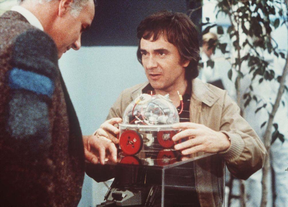 Stolz präsentiert Wylie Cooper (Dudley Moore) sein neues Panzer-Bauteil. Doch die Pläne basieren auf einer Fehlkonstruktion ... - Bildquelle: Paramount Pictures
