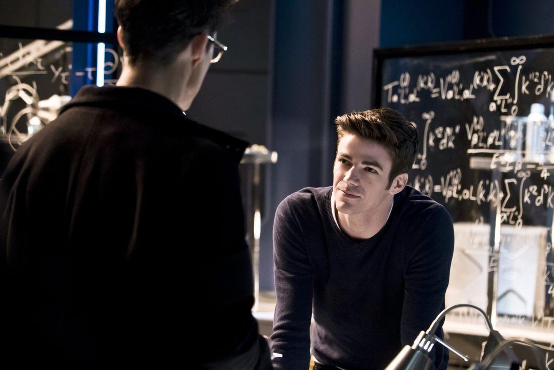 Während Barry (Grant Gustin, r.) versucht, eine Beziehung zu Dr. Wells (Tom Cavanagh, l.) aufzubauen, beginnt Wells immer mehr daran zu zweifeln, ob... - Bildquelle: 2015 Warner Brothers.