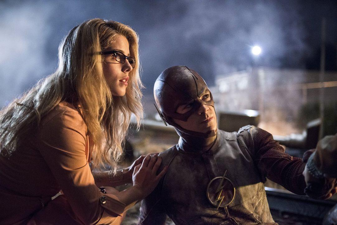 Im Kampf gegen Captain Cold bekommt Barry alias The Flash (Grant Gustin, r.) Unterstützung von Felicity (Emily Bett Rickards, l.) ... - Bildquelle: Warner Brothers.