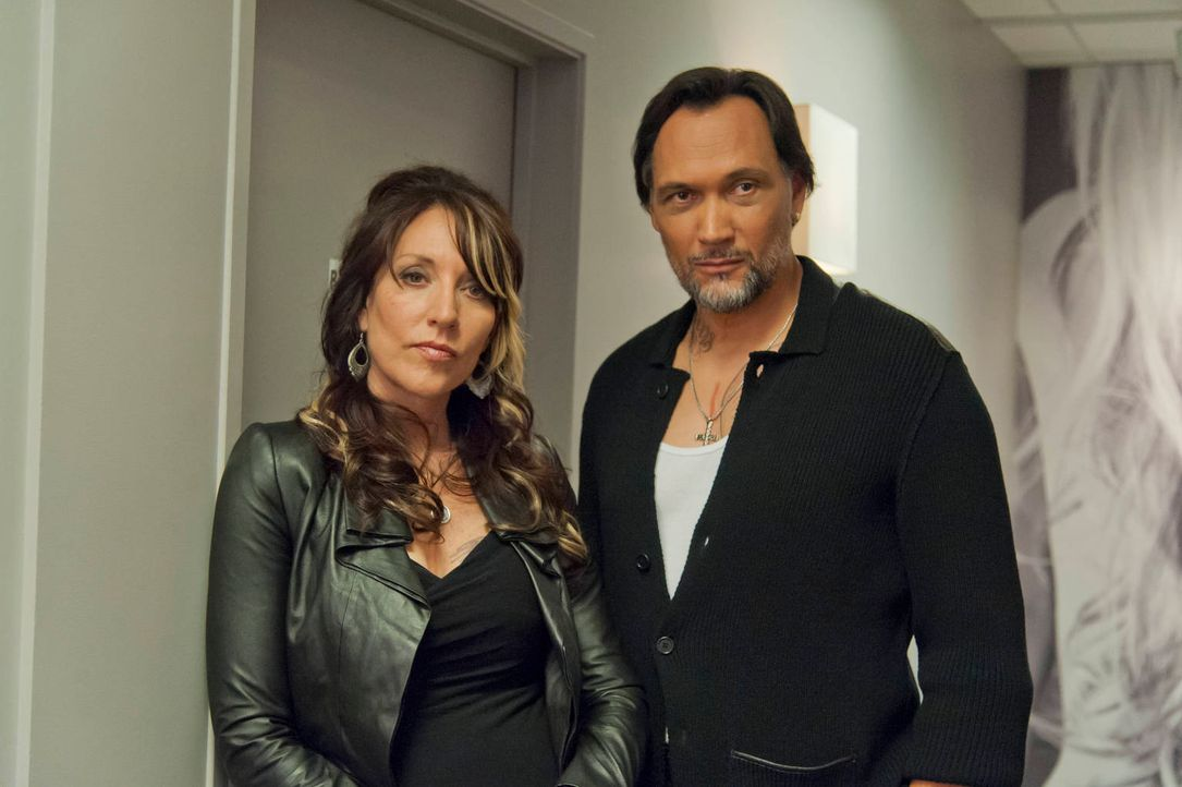 Hat Gemma (Katey Sagal, l.) endlich Glück mit den Männern? Nero (Jimmy Smits, r.) gibt sich alle Mühe, der richtige Mann für sie zu sein ... - Bildquelle: 2012 Twentieth Century Fox Film Corporation and Bluebush Productions, LLC. All rights reserved.