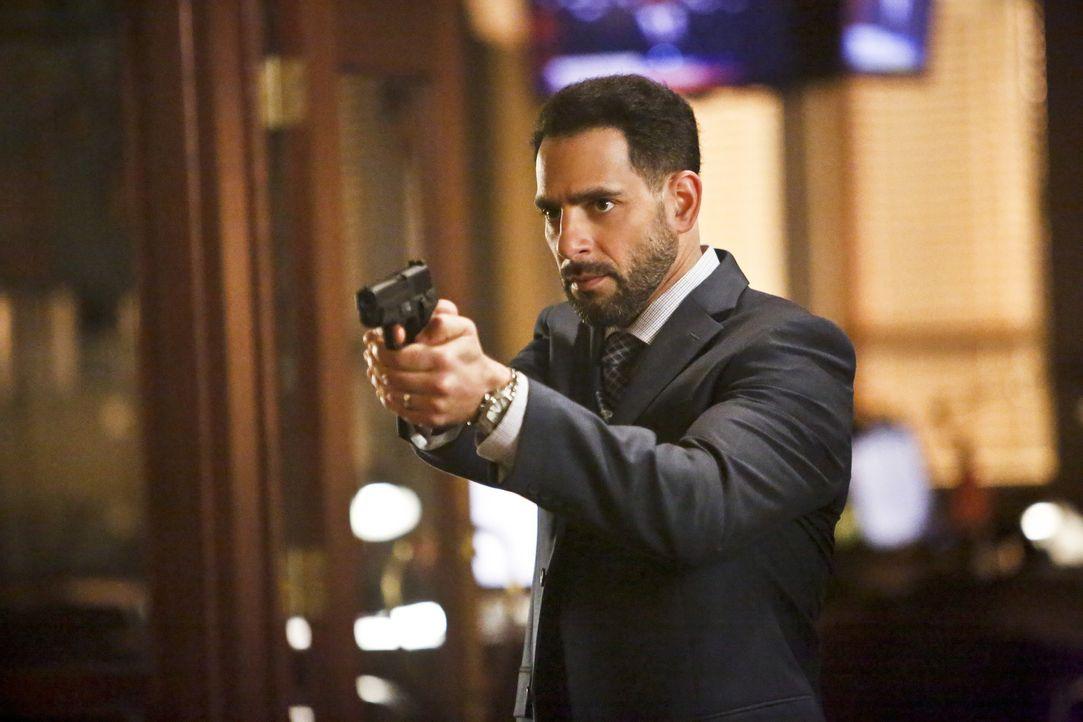 Captain Singh (Patrick Sabongui) und die ganze Polizeistation bekommen Besuch von Zoom, welcher ihnen klarmacht, dass er jetzt diese Stadt in den Hä... - Bildquelle: Warner Bros. Entertainment, Inc.