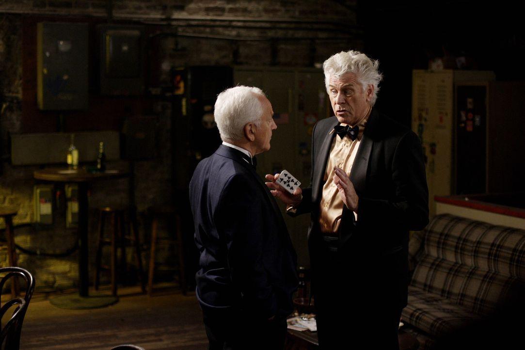 Die Geisterjäger müssen herausfinden, wer von Charlie (John Rubenstein, l.), Jay (Barry Bostwick, r.) und Vernon echte Magie anwendet um mit den s... - Bildquelle: Warner Bros. Television