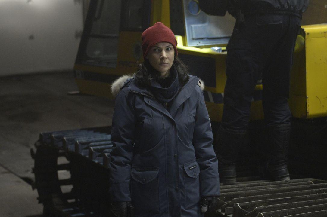 Sarah verdankt Julia (Kyra Zagorsky) ihr Leben. Doch diese Rettung bleibt nicht ohne Folgen ... - Bildquelle: 2014 Sony Pictures Television Inc. All Rights Reserved.