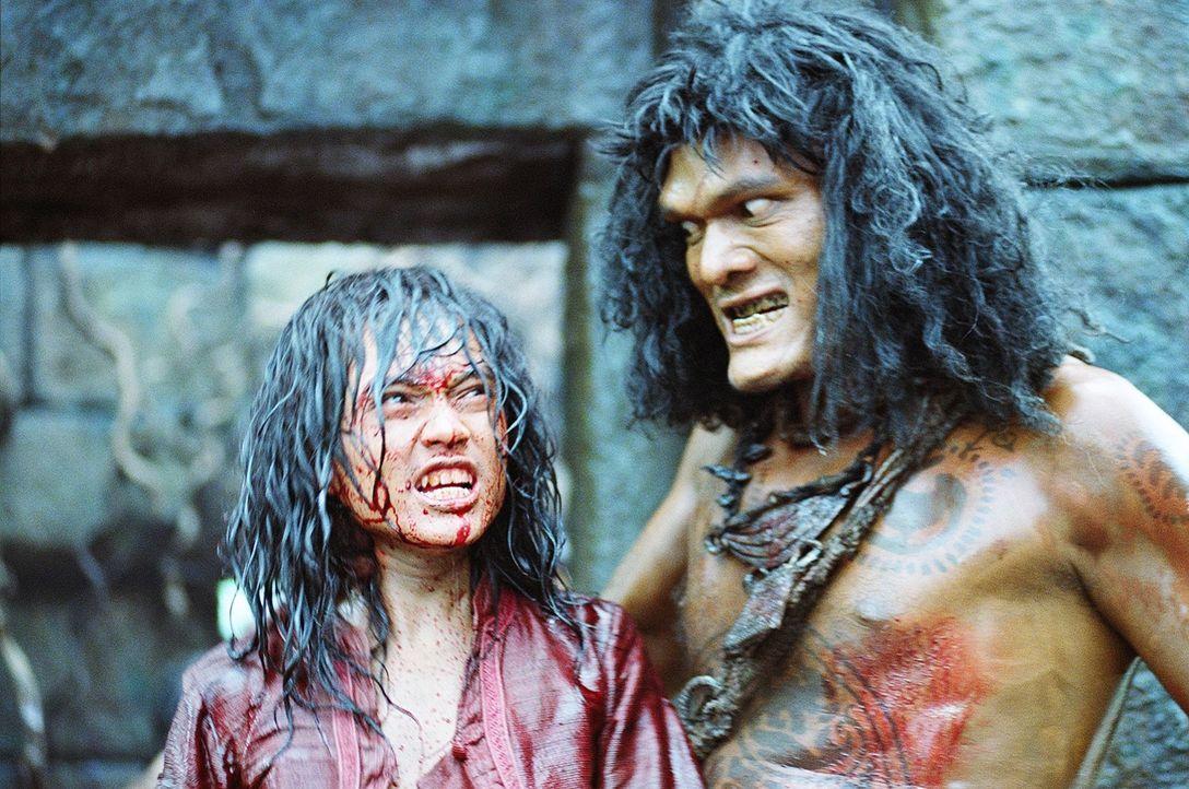 Als unbarmherzige Sklavenhändler Tien (Natdanai Kongthong, l.) foltern und einer tödlichen Bestie opfern wollen, wird er von dem weisen Anführer Che... - Bildquelle: Splendid Film