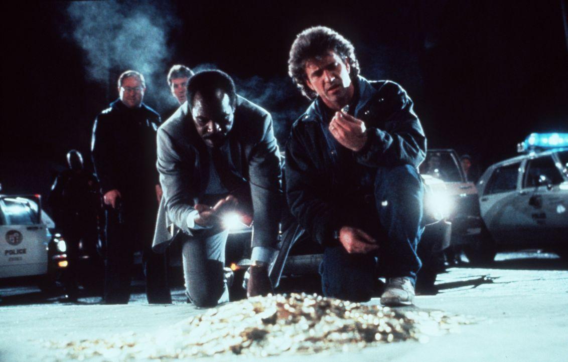 Als die Cops Murtaugh (Danny Glover, 2.v.r.) und Riggs (Mel Gibson, r.) bei einer Verfolgungsjagd die halbe Stadt in Schutt und Asche legen, erwarte... - Bildquelle: Warner Brothers International