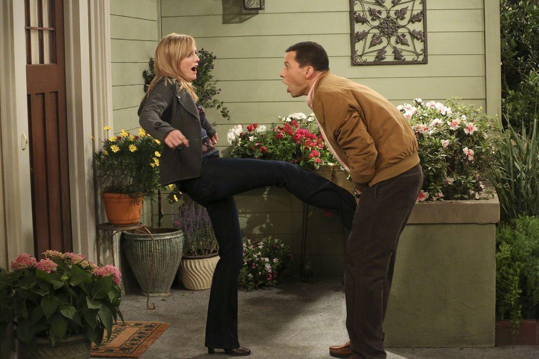 Ahnen nicht, dass ihre Affäre aufzufliegen droht: Alan (Jon Cryer, r.) und Lyndsey (Courtney Thorne-Smith, l.) ... - Bildquelle: Warner Bros. Television