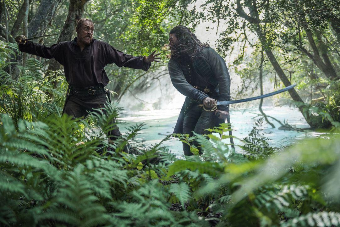 Silver (Luke Arnold, r.), Hands und einige Piraten verfolgen Flint (Toby Stephens, l.) und Dooley, die den Schatz nach Skeleton Island gebracht habe... - Bildquelle: David Bloomer 2017 Starz Entertainment, LLC