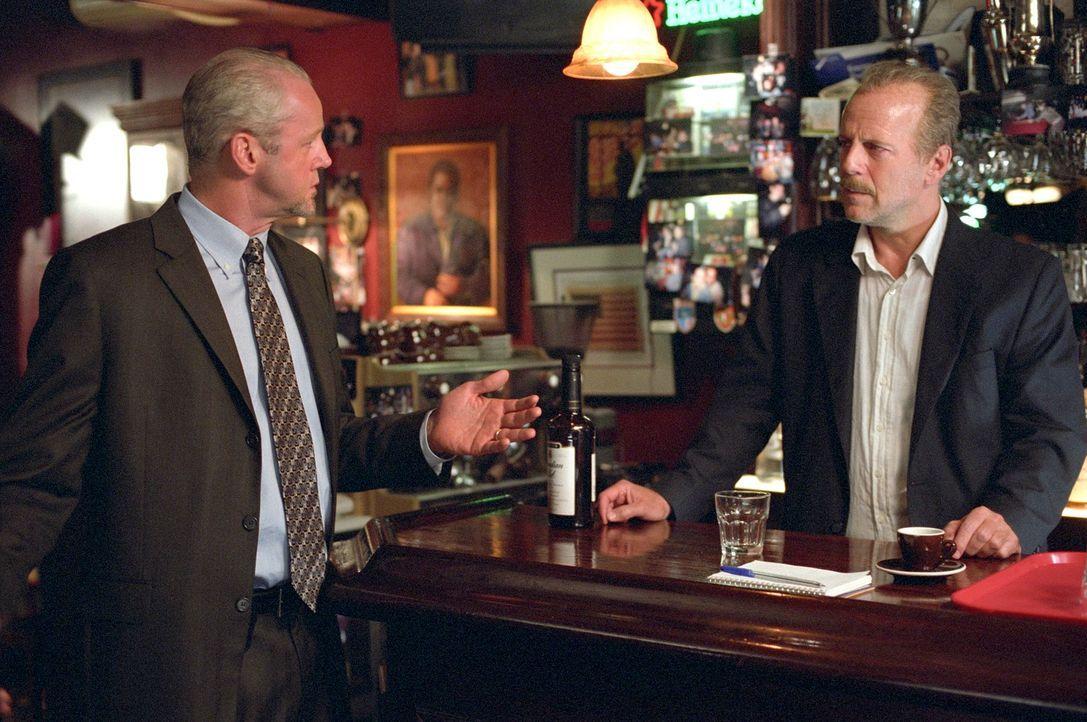 Nach einem Mordversuch versteckt der Polizist Jack Mosley (Bruce Willis, r.) den Gefangenen Eddie Bunker in einer Bar. Endlich trifft der Kollege De... - Bildquelle: Nu Image
