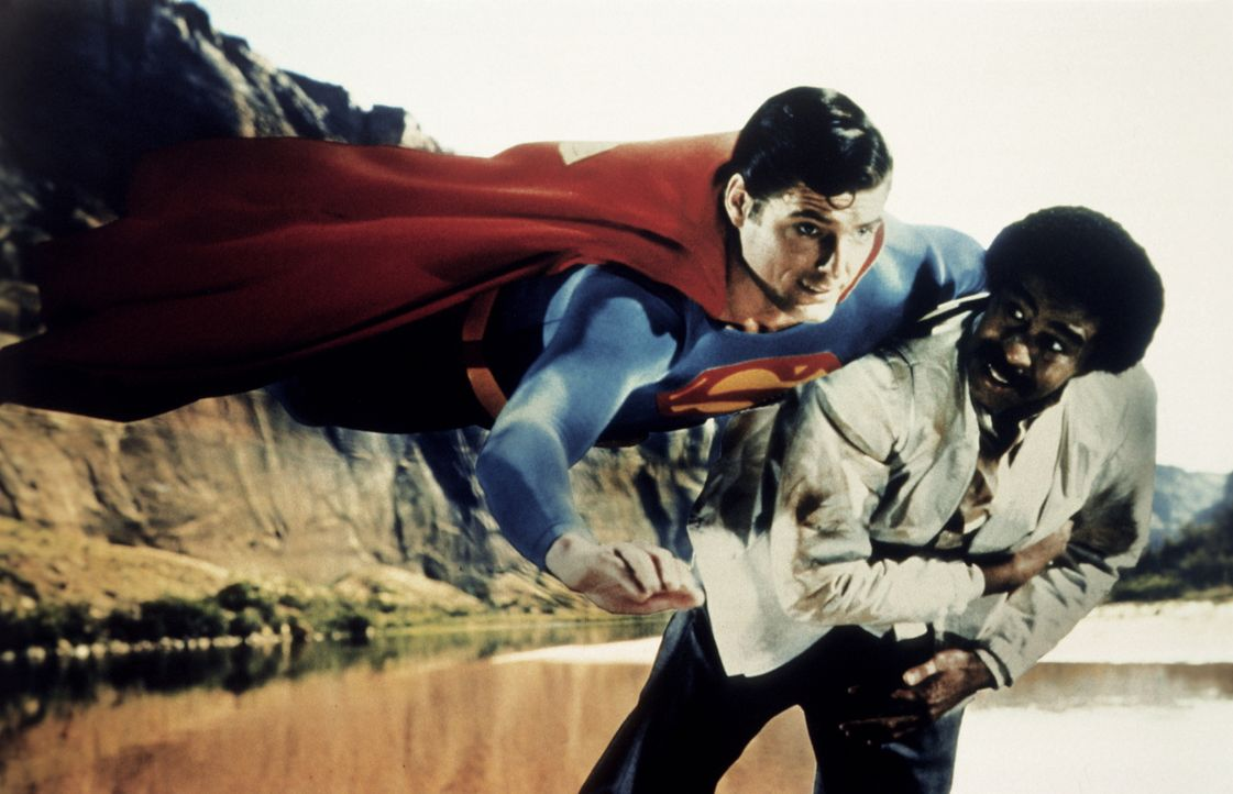 Als der Industriemagnat Ross Webster und sein Handlanger Gus Gorman (Richard Pryor, r.) Superman (Christopher Reeve, l.) mit künstlichem Kryptonit i... - Bildquelle: Warner Bros.