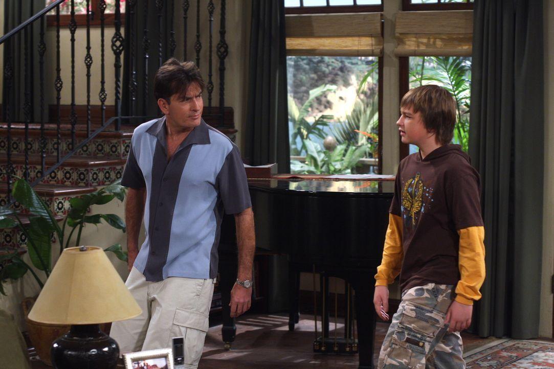 Als Jake (Angus T. Jones, r.) und Celeste nicht rechtzeitig von einem Spaziergang zurückkommen, gelingt es Charlie (Charlie Sheen, l.) nur mit größt... - Bildquelle: Warner Brothers Entertainment Inc.