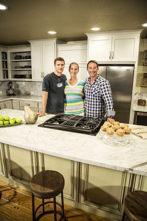 Glücklich und zufrieden stehen die frischen Hauseigentümer Natalie (M.) und Paul (l.) mit Bauleiter Josh Temple (r.) in der neu umgebauten Küche. Di... - Bildquelle: 2013,DIY Network/Scripps Networks, LLC. All Rights Reserved./Getty Images