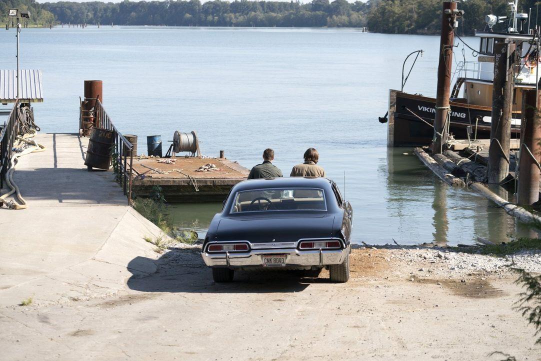 Noch ahnen Dean (Jensen Ackles, l.) und Sam (Jared Padalecki, r.) nicht, was für Überraschungen bei diesem Fall noch auf sie warten ... - Bildquelle: 2014 Warner Brothers