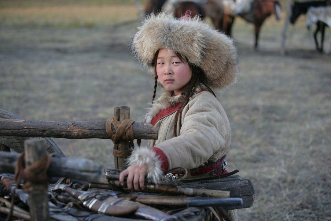 Der neunjährige Temudgin (Odnyam Odsuren) ist mit seinem Vater Yesügai zum Stamm der Merkiten unterwegs, wo sein Vater eine Braut für Temudgin suche... - Bildquelle: X-Filmverleih