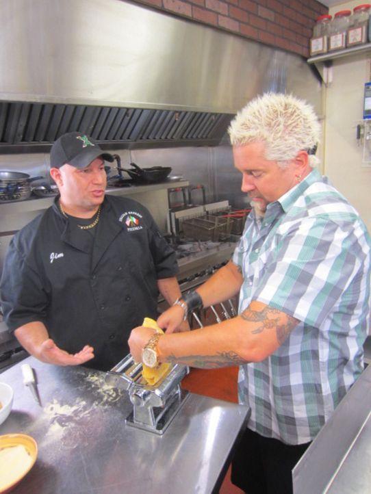 Guy Fieri (r.) geht Chef Jim Iannuzzi (l.) zu Hand und hilft ihm ein außergewöhnliches italienisches Mahl zuzubereiten ... - Bildquelle: 2012, Television Food Network, G.P. All Rights Reserved.