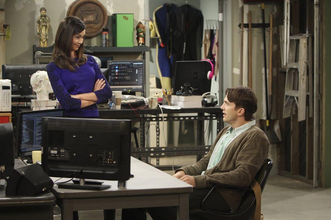 Während Walden (Ashton Kutcher, r.) dem brillanten Projekt einer ehemaligen und äußerst gut aussehenden Mitarbeiterin (Odette Yustman, l.) beitritt,... - Bildquelle: Warner Brothers Entertainment Inc.