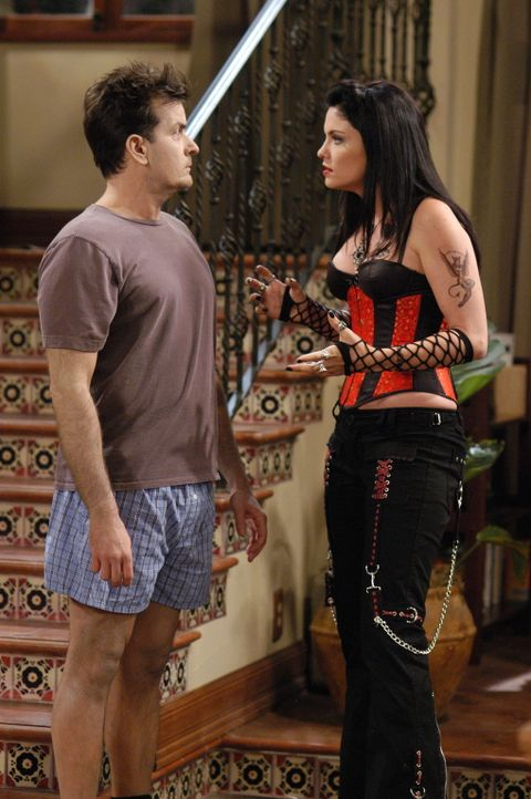 Charlie (Charlie Sheen, l.) hat ein Problem, denn seine neue Freundin Isabelle (Jodi Lyn O'Keefe, r) entpuppt sich als Satanistin ... - Bildquelle: Warner Brothers Entertainment Inc.