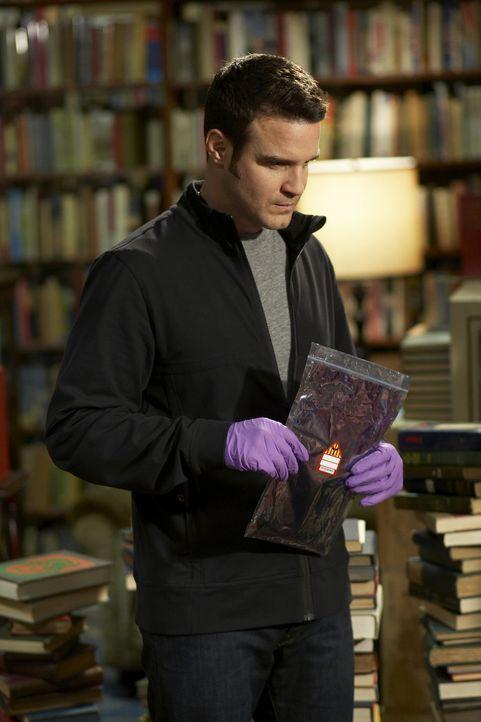 Pete (Eddie McClintock) geht davon aus, dass das Artefakt, das für den Zusammenbruch von Mykas Vater verantwortlich ist, ein Notizbuch von Edgar All... - Bildquelle: Ken Woroner SCI FI Channel