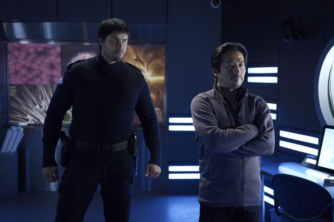 Hatake (Hiroyuki Sanada, r.) offenbart Alan seine eigentlichen Pläne mit dem Virus, doch können Alan und Sarah Hatake und Daniel (Meegwun Fairbrothe... - Bildquelle: 2014 Sony Pictures Television Inc. All Rights Reserved.