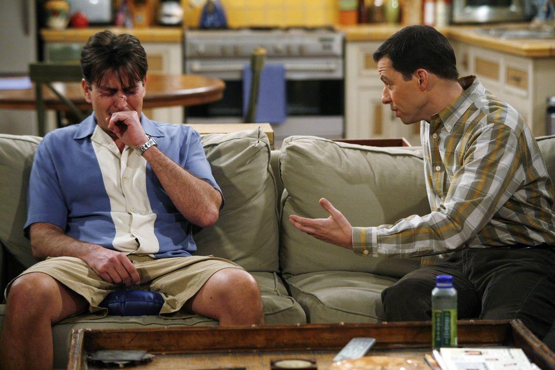 Der Versuch, Mia wieder zurückzubekommen ist gründlich in die Hose gegangen. Jetzt ist Charlie (Charlie Sheen, l.) zutiefst gekränkt und sucht Trost... - Bildquelle: Warner Brothers Entertainment Inc.