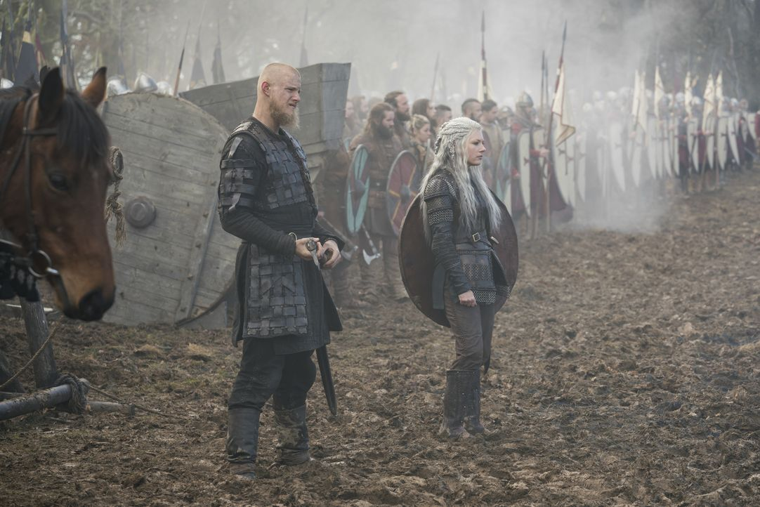 Björn (Alexander Ludwig, l.); Lagertha (Katheryn Winnick, r.) - Bildquelle: 2017 TM PRODUCTIONS LIMITED / T5 VIKINGS V PRODUCTIONS INC. ALL RIGHTS RESERVED.