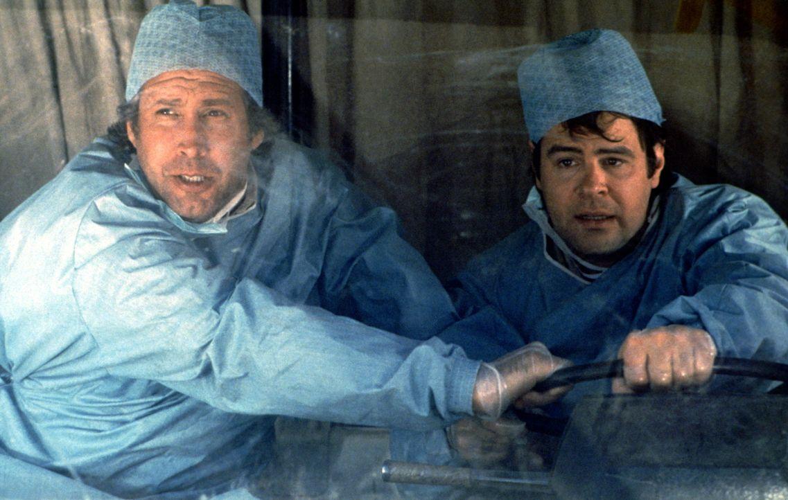 In geheimer Mission unterwegs, werden Austin (Dan Aykroyd, r.) und Emmett (Chevy Chase, l.) mit einem berühmten Chirurgenteam verwechselt. Nun solle... - Bildquelle: Warner Bros.