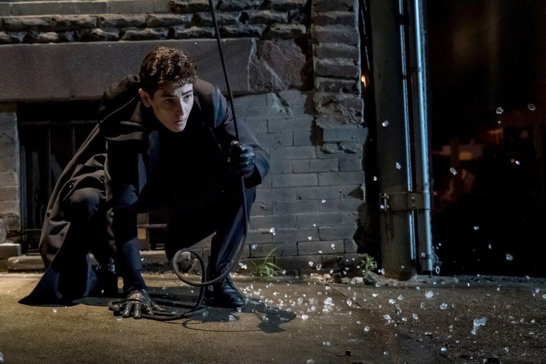 Auf einer seiner nächtlichen Missionen gerät Bruce (David Mazouz) in eine missliche Lage. Kann er sich selber daraus befreien? - Bildquelle: 2017 Warner Bros.