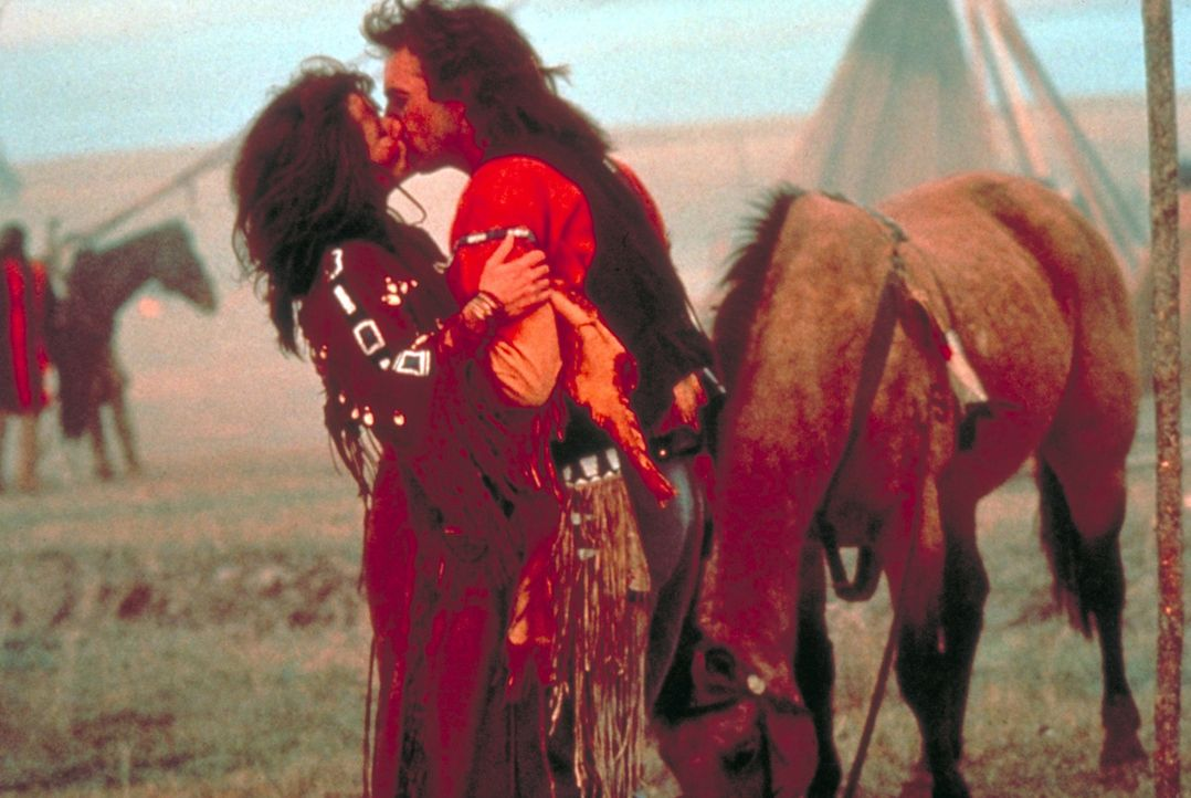 """Die temperamentvolle """"Steht mit einer Faust"""" (Mary McDonnell, l.) bringt """"Der mit dem Wolf tanzt"""" (Kevin Costner, r.) die indianische Kultur und Leb... - Bildquelle: Orion Pictures Corporation"""