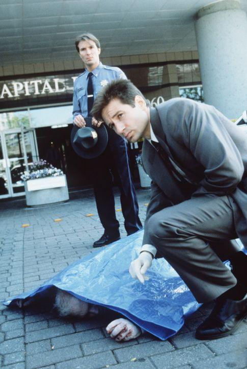 Mulder (David Duchovny, vorne) wird nach Franklin/Pennsylvania gerufen, wo völlig unbescholtene Leute plötzlich durchdrehen und andere Menschen umbr... - Bildquelle: TM +   Twentieth Century Fox Film Corporation. All Rights Reserved.