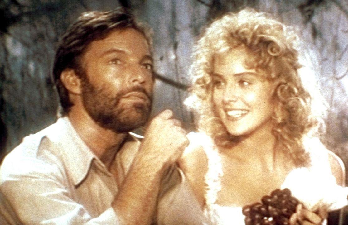 Die hübsche Jessie Huston (Sharon Stone, r.) heuert den bekannten Abenteurer Allan Quatermain (Richard Chamberlain, l.) an, um ihren verschollenen V... - Bildquelle: Cannon Group