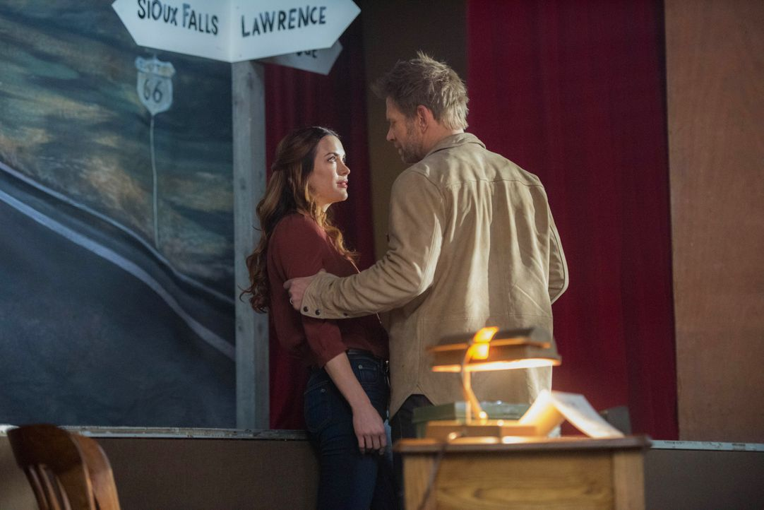 Schwester Jo alias Anael (Danneel Ackles, l.); Lucifer (Mark Pellegrino, r.) - Bildquelle: Dean Buscher 2018 The CW Network, LLC. All Rights Reserved / Dean Buscher