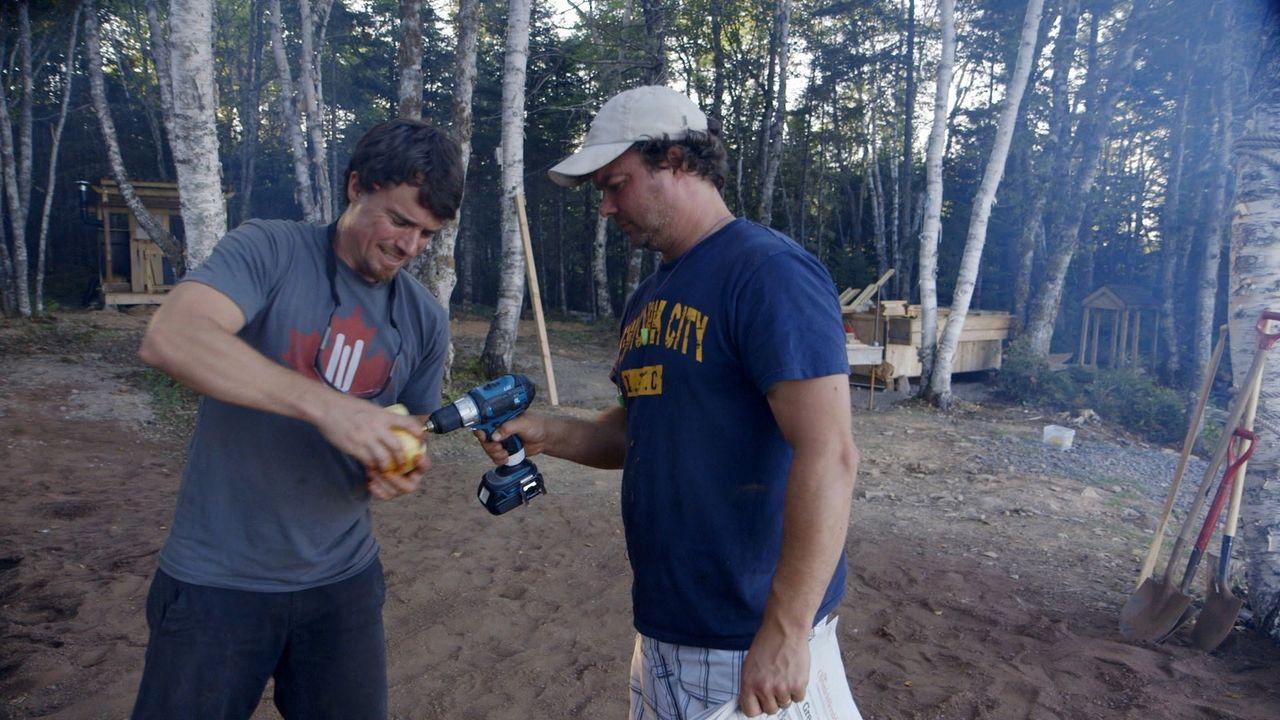 Brojects-Strandparty: Mit einer Tiki-Bar, einer offenen Feuerstelle und tropischen Cocktails lassen Kevin (r.) und Andrew (l.) nichts unversucht ... - Bildquelle: Brojects Ontario Ltd./Brojects NS Ltd