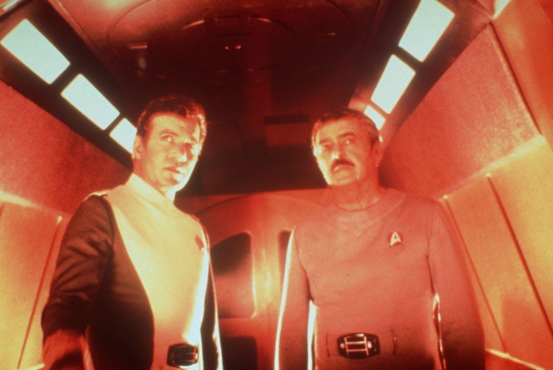 Scotty (James Doohan, r.) und Kirk (William Shatner, l.) beraten, wie sie die Erde vor der todbringenden Energiewolke retten können. - Bildquelle: Paramount Pictures