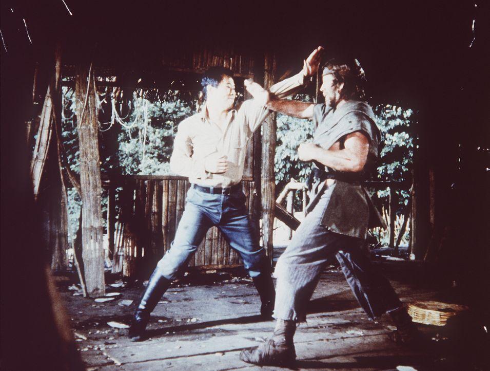 Colonel Braddock (Chuck Norris, r.) muss sich immer wieder mit vietnamesischen Patrouillen auseinandersetzen ... - Bildquelle: TM &   Metro-Goldwyn-Meyer Studios Inc. All Rights Reserved.