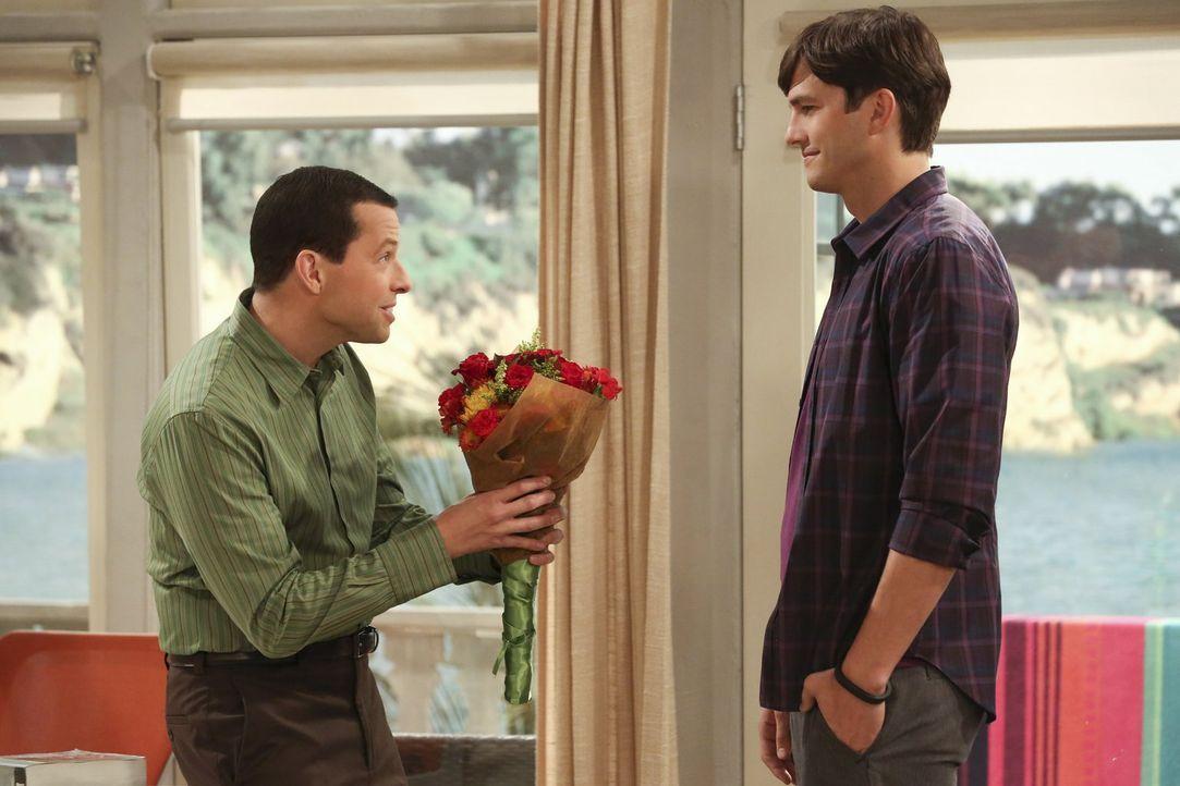 Müssen vor einer Sozialarbeiterin ein verliebtes homosexuelles Paar spielen. Doch wird es Alan (Jon Cryer, l.) und Walden (Ashton Kutcher, r.) gelin... - Bildquelle: Warner Brothers Entertainment Inc.