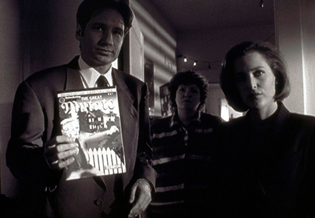 "Mulder (David Duchovny, l.) und Scully (Gillian Andersonr, r.) konfrontieren den jungen Autor mit seinem Comic ""Der Große Mutato"". - Bildquelle: TM +   2000 Twentieth Century Fox Film Corporation. All Rights Reserved."