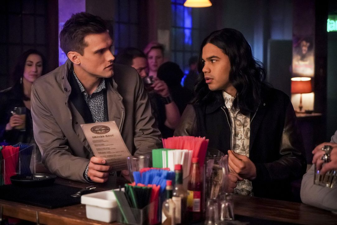 Ralph (Hartley Sawyer, l.); Cisco (Carlos Valdes, r.) - Bildquelle: Shane Harvey 2018 The CW Network, LLC. All rights reserved.