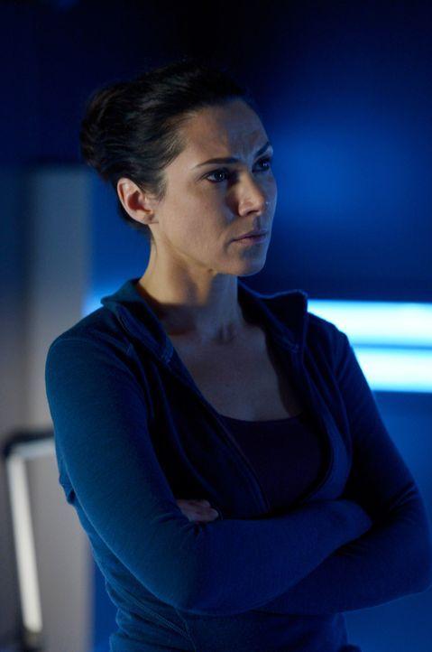 Wird Julia (Kyra Zagorsy) als Versuchskaninchen für Sutton enden? - Bildquelle: 2014 Sony Pictures Television Inc. All Rights Reserved.