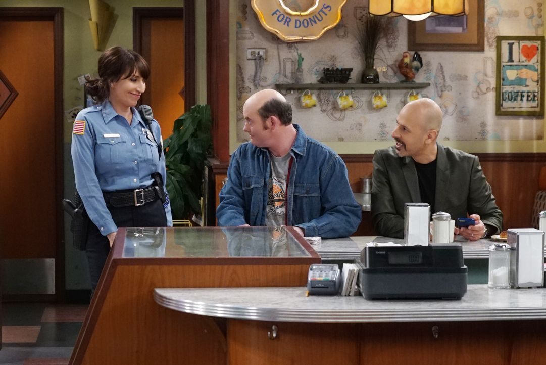 Während sich Arthur über einen Streich ärgert, finden Randy (Katey Sagal, l.), Tush (David Koechner, M.) und Fawz (Maz Jobrani, r.) den traditionell... - Bildquelle: Monty Brinton 2017 CBS Broadcasting, Inc. All Rights Reserved / Monty Brinton