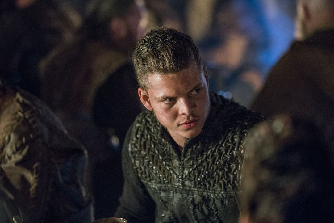 Ivar (Alex Høgh Andersen) schließt sich mit König Finehair zusammen und schlägt sich im Wikingerkrieg damit auf die Seite der Feinde Lagerthas ... - Bildquelle: 2017 TM PRODUCTIONS LIMITED / T5 VIKINGS III PRODUCTIONS INC. ALL RIGHTS RESERVED.
