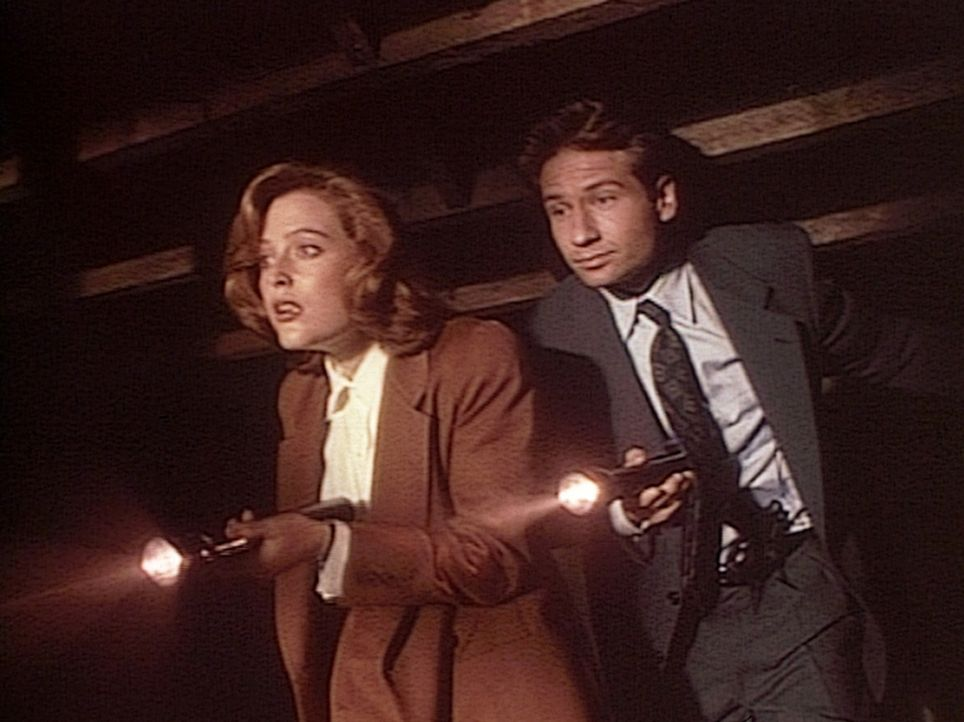 Dana Scully (Gillian Anderson, l.) und Fox Mulder (David Duchovny, r.) spüren das Versteck eines Mörders auf, der in 90 Jahren 15 Morde begangen hat... - Bildquelle: TM +   Twentieth Century Fox Film Corporation. All Rights Reserved.