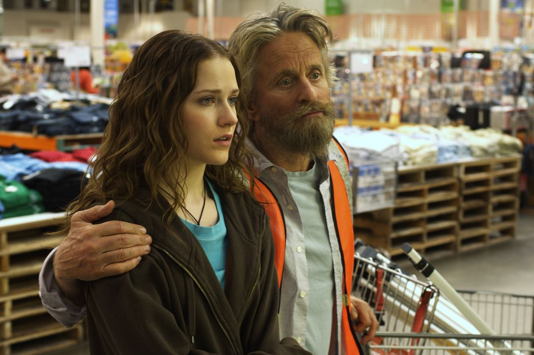 Obwohl Miranda (Evan Rachel Wood, l.) wirklich keine Lust hat, ihren Vater Charlie (Michael Douglas, r.) noch länger in seinem verworrenen Plan zu u... - Bildquelle: Nu Image