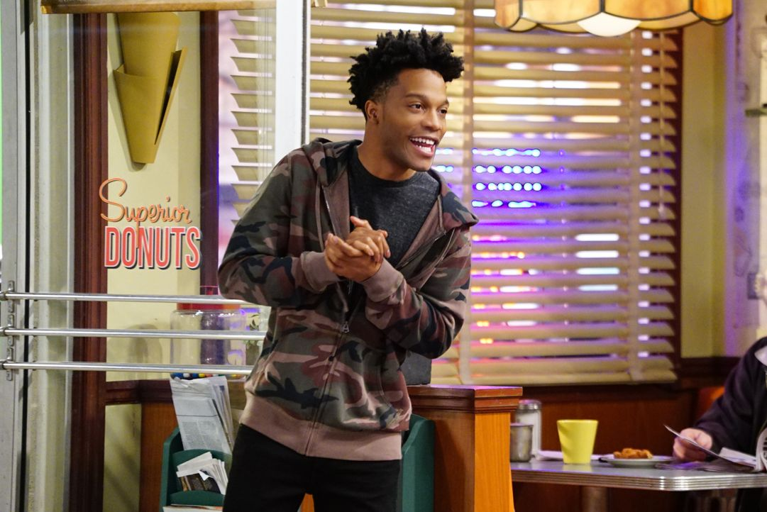 Bekommt Beziehungstipps von Arthur: Franco (Jermaine Fowler) ... - Bildquelle: Sonja Flemming 2017 CBS Broadcasting, Inc. All Rights Reserved / Sonja Flemming