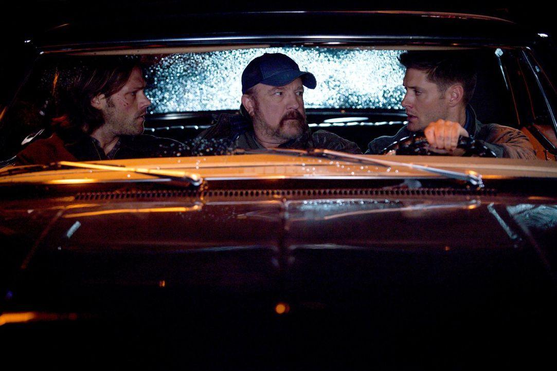 Während Sam (Jared Padalecki, l.) im Koma liegt, streiten Bobby (Jim Beaver, M.) und Dean (Jensen Ackles, r.) in seinem Kopf darüber, ob er ums Über... - Bildquelle: 2013 Warner Brothers