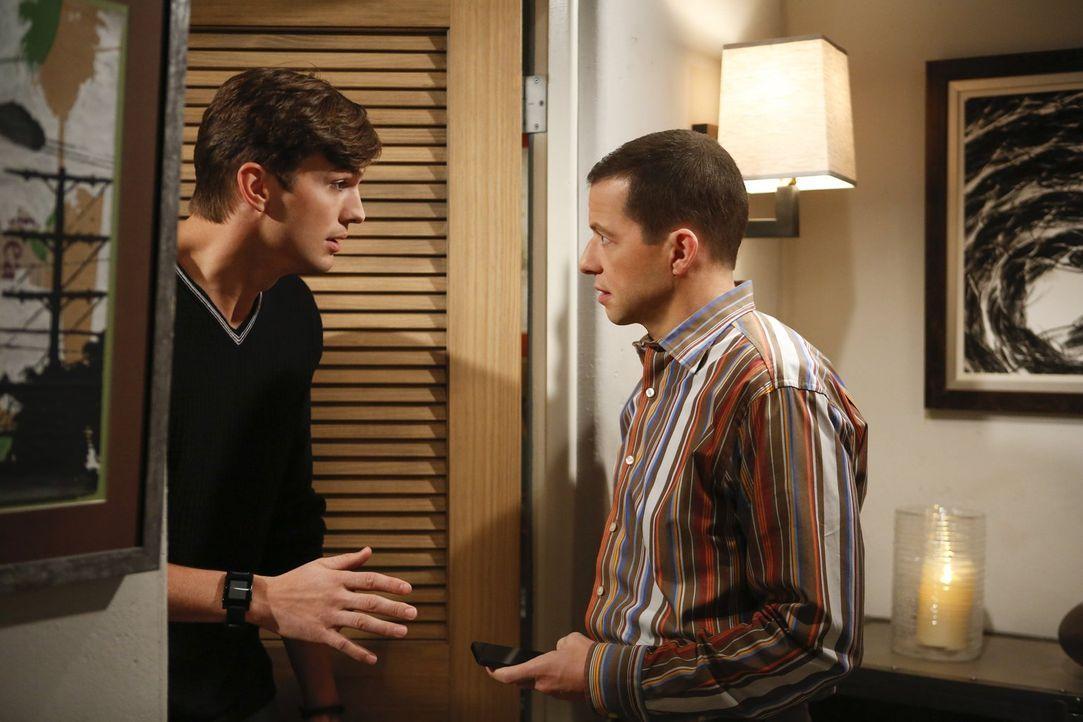 Walden (Ashton Kutcher, l.) und Alan (Jon Cryer, r.) haben eine Verabredung mit zwei attraktiven Damen. Doch diese endet anders als geplant ... - Bildquelle: Warner Bros. Television