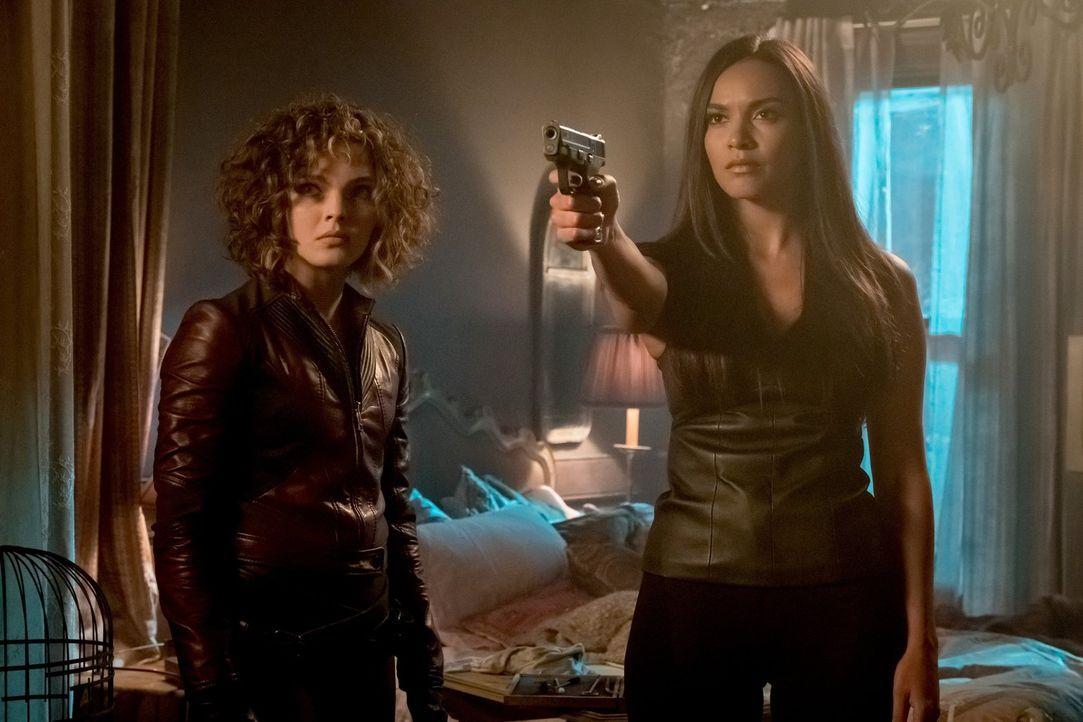 Selina (Camren Bicondova, l.) und Tabitha (Jessica Lucas, r.) werden vor eine schwere Entscheidung gestellt ... - Bildquelle: 2017 Warner Bros.